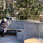 Вылечилась от COVID-19: пенсионерку после выписки бросили на лавке