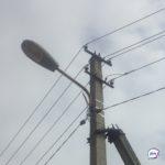 На тротуаре во Владивостоке оборванный провод искрится под напряжением