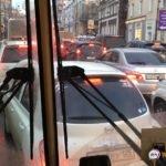 Центр сковали пробки. «Штраф 30 тысяч»: людей не выпускают из транспорта