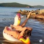 «Зачем это делать в белье и на каблуках?»: жительница Владивостока необычно проводила лето
