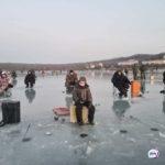На льду – рыбаки: огромная трещина образовалась у побережья