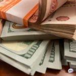 Настали трудные времена: россияне массово забирают деньги из банков