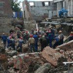 Люди оказались под завалами после обрушения здания