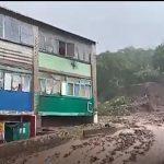 Видео: огромный грязевой сель снес жилые дома