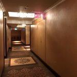 Повар готовил  массовую  бойню в гостинице, где работал