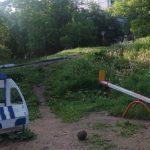 «А дети там были?»: деревья обрушились на детскую  площадку