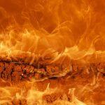 Видео: cтрашный пожар уничтожил полдома во Владивостоке