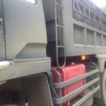 На дороге перевернулся грузовик с серной кислотой
