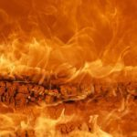 Мощный пожар бушует на овощном складе