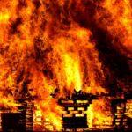 Не могут потушить из-за машин: мощный пожар охватил квартиру в жилом доме