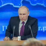 Путина сопровождали в туалет шестеро
