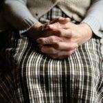 «Их 13, чуть не разорвали»: на пенсионерку напали прямо средь бела дня