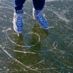 «На коньках можно гонять»:  дорога превратилась в опасный каток