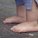 Только штанишки и ботиночки: раздетого ребёнка нашли на улице