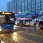 Удар стихии: столб рухнул на пассажирский автобус во Владивостоке