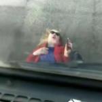 «Умеет добиться своего»: блондинка легла под забравший ее машину эвакутор