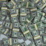 Не продавать валюту советует специалист