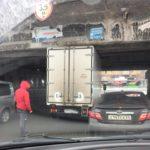 """""""Там знак обманчив"""": грузовик не смог проехать под мостом"""
