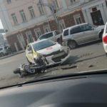 «Как обычно в телефоне?»: водитель популярного такси снес мотоциклиста