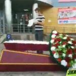 «Гроб не копейки стоит»: церемонию похорон устроили перед торговым центром