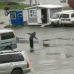 """""""Теперь страшно"""": женщина на парковке не дает покоя горожанам"""
