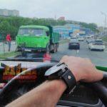 «Забор насквозь прошил  кабину»: самосвал вылетел на «встречку» во Владивостоке