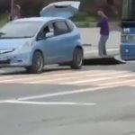 «Кто знает, что происходит?»: странные действия с ковром и машиной сняли на видео