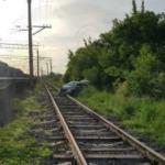«Как авто там оказалось? Поблизости дорог нет»:  малолитражка схлестнулась  с поездом