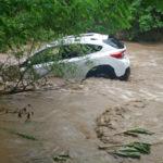Два автомобиля унесло бурным течением реки: в салоне – люди