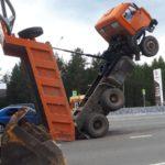 Неосторожное нажатие: водитель самосвала попал  в необычное ДТП