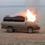 В эти минуты: микроавтобус горит на берегу моря в Приморье