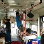 """""""Красавчик"""": странное поведение мужчины в автобусе сняли на камеру"""