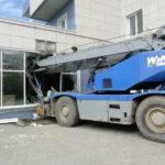 «Остановить 20 тонн железа»: тяжелая техника протаранила стену здания