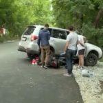 Доставали из-под машины с домкратом: два школьника попали под кроссовер