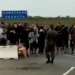 Устали ждать: мигранты напали на силовиков в России - видео