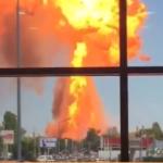 Движение перекрыто: мощный взрыв разнес АЗС рядом с остановкой