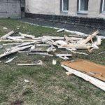 Рабочие выбросили дверь с 5 этажа: есть жертвы