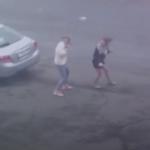 «Какой ужас»: девушку унесло ветром и обшивкой во Владивостоке - видео