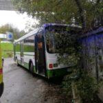 Врезался в стену: полиция разбирается в ДТП с автобусом