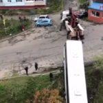 «Если сорвется, весело будет»:  автобус на улице Сафонова вытаскивают «на авось»