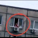 «Пакет может запросто  сломать шею»: под окнами этого дома лучше пока не ходить