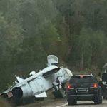 """""""Надо было лететь"""": военный самолет угодил в кювет"""