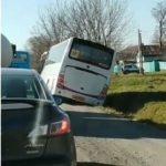 «Водитель начал странно себя вести»: автобус с детьми улетел в кювет
