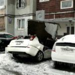 «Не выходите из дома»: огромная плита раздавила автомобиль