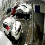 «В рубашке родился водитель»: бетонная плита рухнула на авто