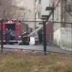 «Туда еще и полиция пошла»: ЧП в жилом доме сняли на видео