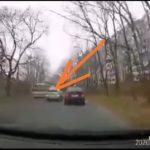 «Да он камикадзе»: дерзкий и опасный маневр таксиста попал на видео