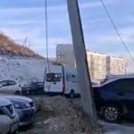 «Караулит очередную жертву»: возле известного торгового центра вот-вот упадет столб