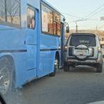 «Праздничное» настроение: джип и автобус не поделили дорогу