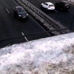 Поскользнуться и упасть на дорогу: жители боятся ходить в одном месте